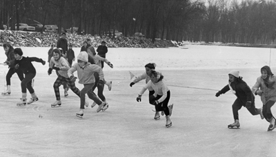 Ice_skating_children_circa_1960.jpg